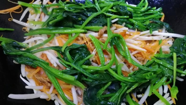 炒合菜,放入嫩菠菜段,旺火急炒。