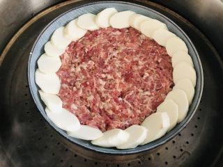 超级滑嫩的山药蒸肉饼,宝宝最爱,大火烧开水,水开后上锅蒸15分钟即可。