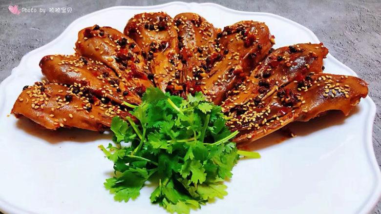 干锅鸭头,做好的鸭头装入盘中撒上芝麻就大功告成了再用香菜做个装饰瞬间颜值爆表