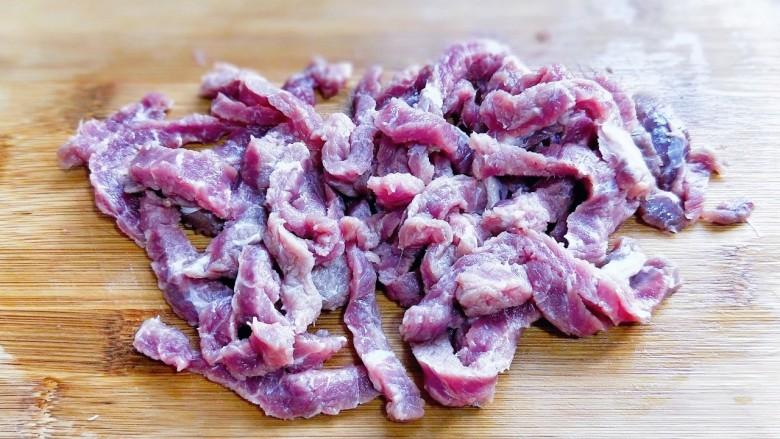 尖椒牛柳,将牛肉切条。