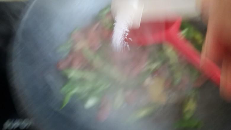 尖椒牛柳,加入适量的盐调味