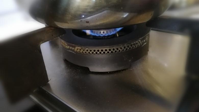 红豆双皮奶,小火加热。