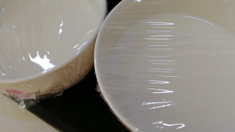 红豆双皮奶,保鲜膜封口。