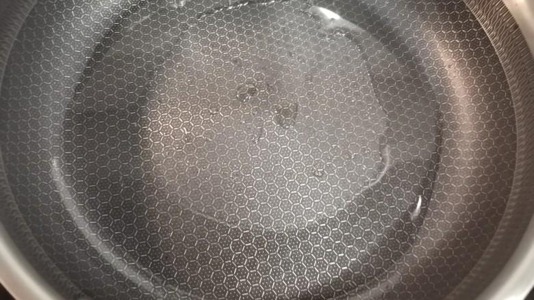 茄汁大虾,锅中放油。
