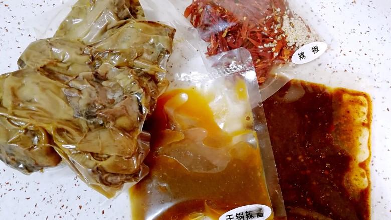 干锅鸭头,打开劲爆鸭头包装袋,里面有鸭头、干锅辣酱、火锅辣酱和辣椒包,东西很齐全的。