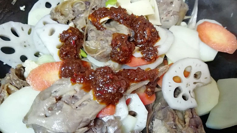 干锅鸭头,加入火锅辣酱翻炒均匀(火锅辣酱根据自己的口味添加,我不是特别能吃辣,所以放了一半)。