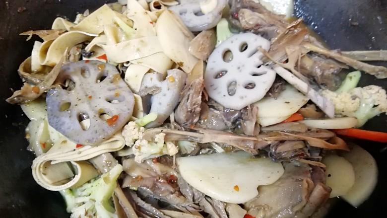 干锅鸭头,放盐调味(盐根据自己的口味放,如果把火锅辣酱放完的话估计就不用放盐了)。