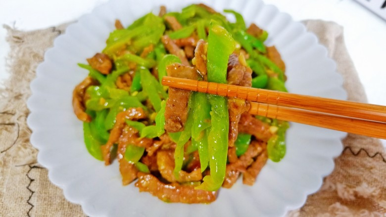尖椒牛柳,青椒香浓嫩滑,加上尖椒的微辣,米饭多吃两碗。