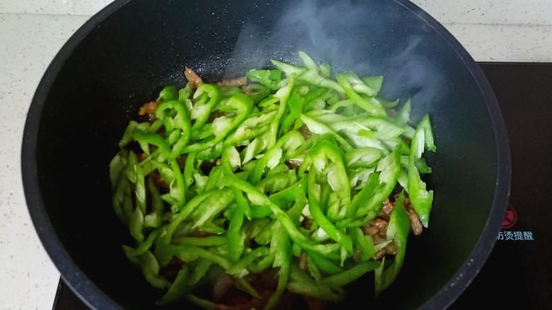 尖椒牛柳,加入切好的青椒丝。