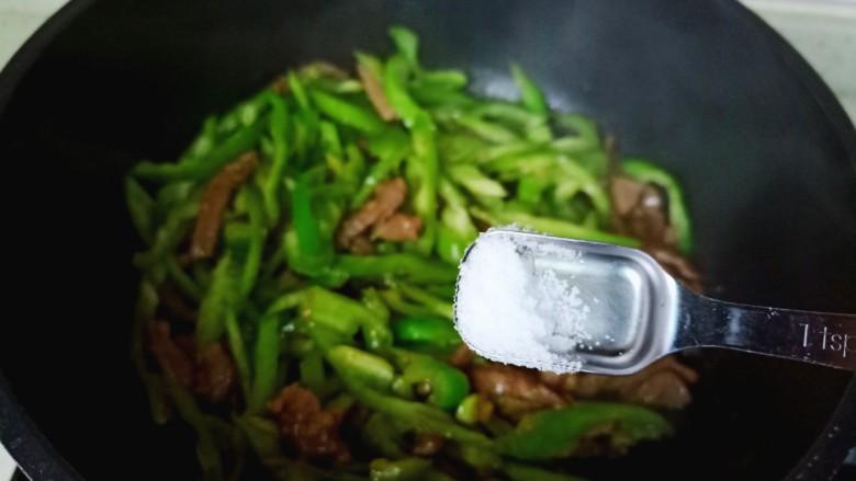 尖椒牛柳,加一点点盐调味。