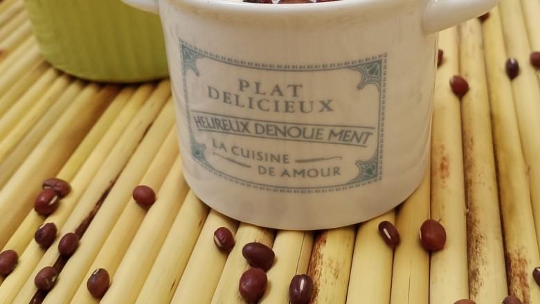 红豆双皮奶,红豆是为了增加双皮奶的口感,也可以加些自己喜欢吃的水果或者坚果。