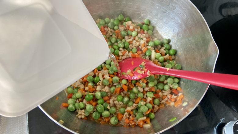 清炒甜豆➕肉末胡萝卜炒豌豆,淋少许清水,中小火煮一两分钟豌豆熟透