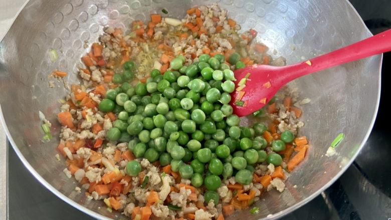 清炒甜豆➕肉末胡萝卜炒豌豆,下豌豆米翻炒均匀