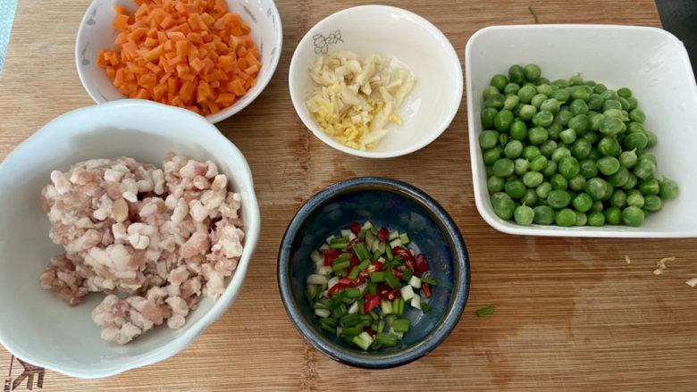 清炒甜豆➕肉末胡萝卜炒豌豆,全部食材准备好