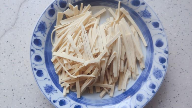 青椒炒千张~清爽好吃有营养,捞出千张,稍稍晾凉一下,不烫手之后切成和青椒差不多长短粗细的丝