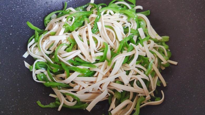 青椒炒千张~清爽好吃有营养,翻炒均匀