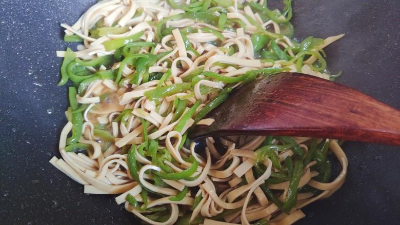 青椒炒千张~清爽好吃有营养,翻炒均匀,即可