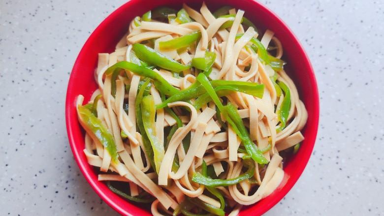 青椒炒千张~清爽好吃有营养,装盘