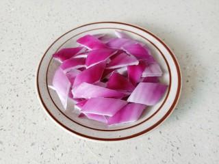 魷魚炒年糕,洋蔥切成小塊。
