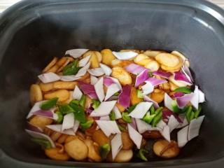 魷魚炒年糕,最后放入洋蔥燈椒。
