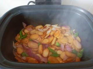 魷魚炒年糕,開大火翻炒均勻即可出鍋。