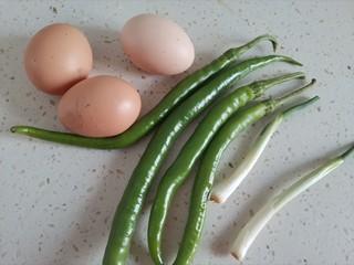 尖椒炒雞蛋,準備食材備用
