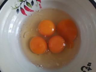 尖椒炒雞蛋,碗中打入雞蛋
