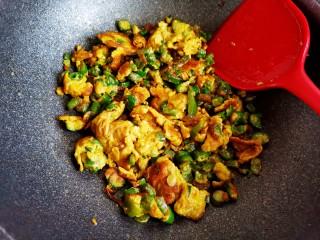 尖椒炒雞蛋,待雞蛋液凝固炒散,炒焦一點更香