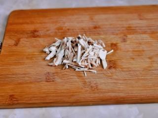 白玉菇豆腐湯,白玉菇洗凈去根切絲。