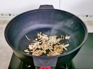 白玉菇豆腐湯,起油鍋加入白玉菇絲煸炒。