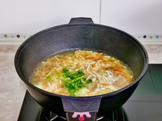 白玉菇豆腐湯,湯汁濃稠后關火加入切好的香菜段,借助余溫燙熟即可。