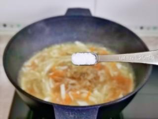 白玉菇豆腐湯,按個人口味加入鹽,大火煮兩分鐘。