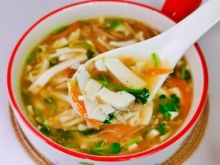 白玉菇豆腐湯,你也趕緊試試吧,老少皆宜,我要開動嘍。