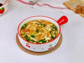 白玉菇豆腐湯,盛出裝入湯碗中即可食用,簡單快手的一道湯就做好了。