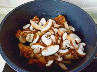 蒜香雞腿,加入切好的香菇片翻炒幾下。