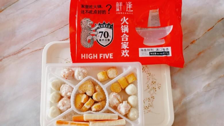 鲜味减脂火锅,鲜逢火锅合家欢内有5种食材:鱼丸、龙虾味球、鱼柱、蟹味棒和爱心鱼豆腐,海鱼鲜制鲜味十足。