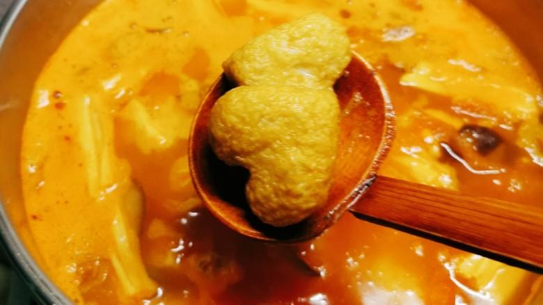 鲜味减脂火锅,放入鱼豆腐。