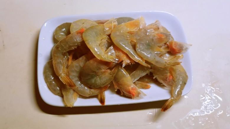 鲜味减脂火锅,去掉虾须和虾线。