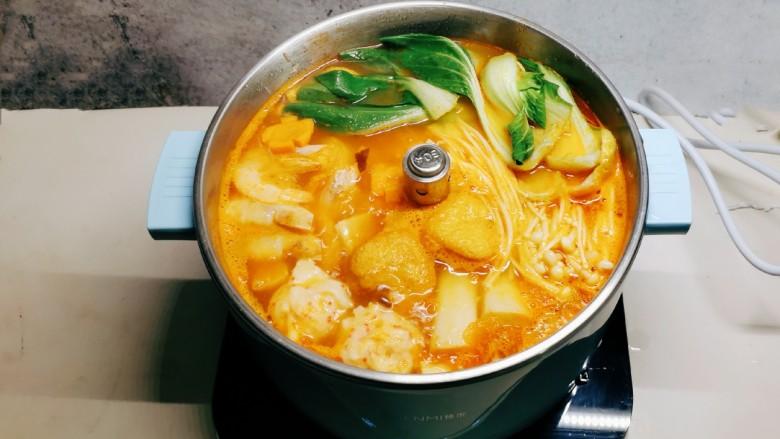 鲜味减脂火锅,最后放入叶菜和金针菇,加盐调味。
