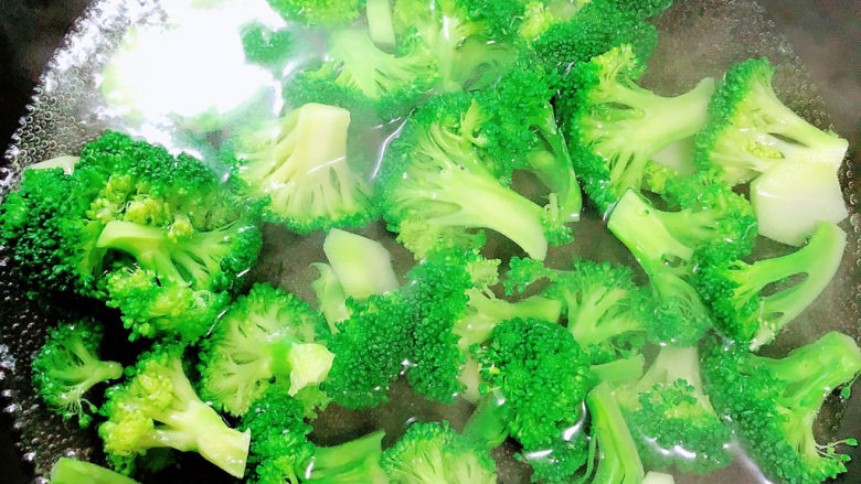 蒜蓉西兰花,锅中烧开水,焯一下西蓝花。