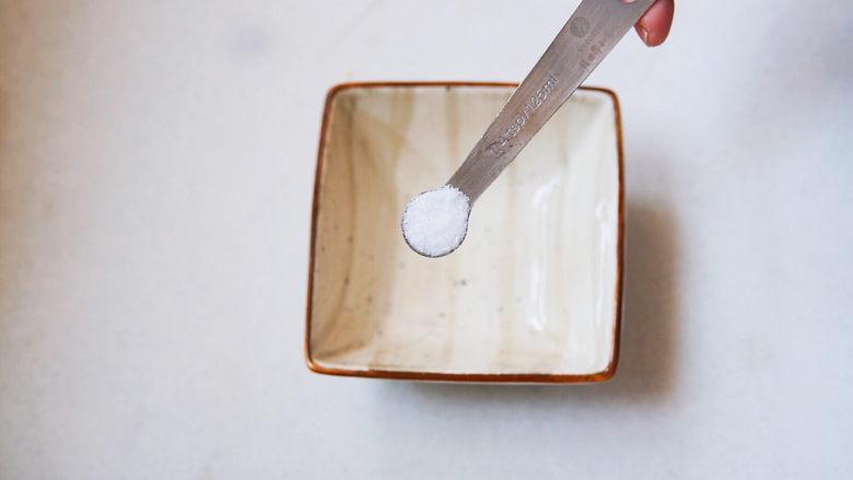 蒜蓉西兰花,小碗中加二克盐调味