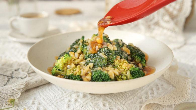 蒜蓉西兰花,水淀粉勾芡后的碗汁,味道刚好可以有效的挂在西兰花上,所以,西兰花不需要经过炒制过程,也能入味,清脆爽口,蚝油提鲜,蒜蓉清香,制作简单哦