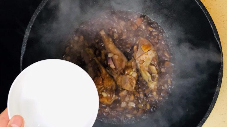 蒜香鸡腿,加入半碗清水