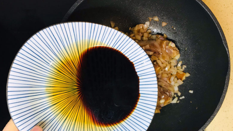 蒜香鸡腿,加入腌制鸡腿的调味料