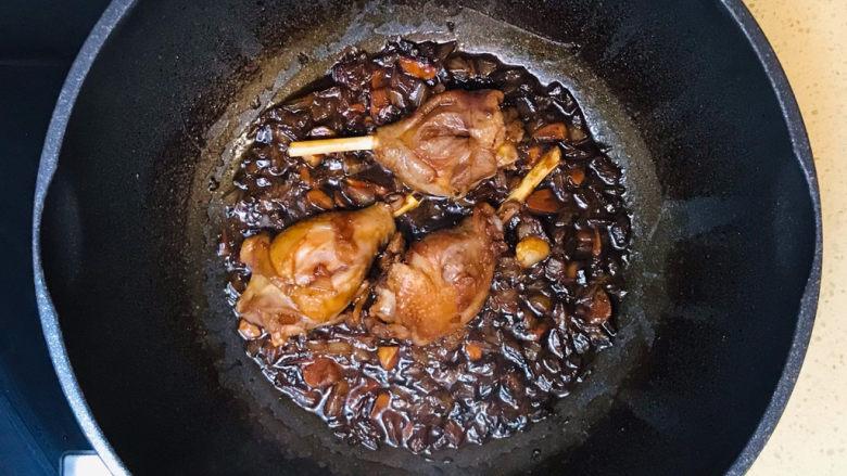 蒜香鸡腿,看见汤汁收浓,就可以关火起锅了