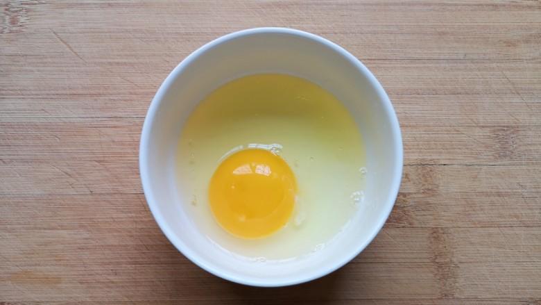 鸡蛋小米粥,<a style='color:red;display:inline-block;' href='/shicai/ 9'>鸡蛋</a>磕入碗里。