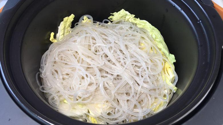 鲜虾粉丝煲,料理锅或者砂锅中先放入娃娃菜,再放入粉丝