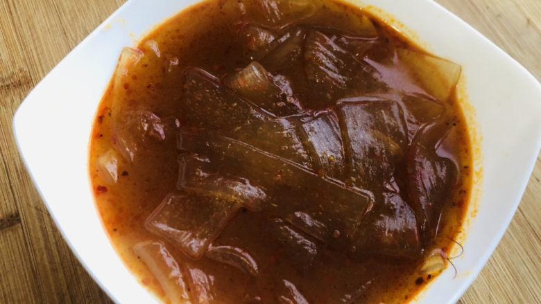 酸辣宽粉,牛油火锅底料完全化开后,连同汤汁一起倒入碗中。