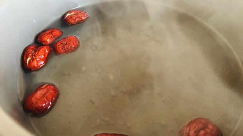 红枣黑米粥,放入锅中。