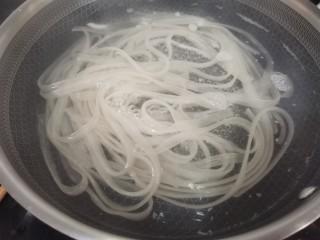 酸辣寬粉,鍋中放水。煮熟。
